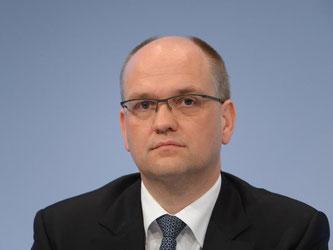 Rainer Neske blickt während einer Pressekonferenz in die Runde. Foto: Arne Dedert/dpa/Archiv