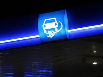 Hinweis auf eine Ladestation für Elektro-Autos an einer Aral-Tankstelle. Foto: Ina Fassbender/Archiv
