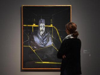 Eine Frau betrachtet in der Ausstellung Bacons Ölgemälde «Study for Portrait VII». Foto: M. Murat