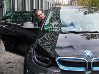 Bundesverkehrsminister Alexander Dobrindt steigt in seinen Dienstwagen, ein Elektroauto. Foto: Bernd von Jutrczenka/Archiv