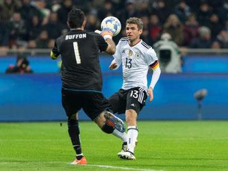 Italiens Keeper Gianluigi Buffon kommt vor Thomas Müller an den Ball. Foto: Guido Kirchner