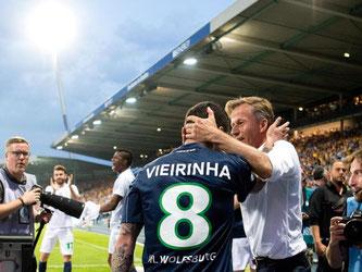Wolfsburgs Trainer Andries Jonker gratuliert dem Torschützen Vieirinha. Foto: Julian Stratenschulte