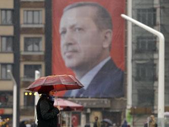 Ein riesiges Poster des türkischen Präsidenten Erdogan auf dem Taksim-Platz in Istanbul. Foto: Lefteris Pitarakis