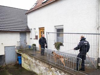 Das Haus wird Zentimeter für Zentimeter nach etwaigen Spuren weiterer Opfer durchsucht. Foto: Marcel Kusch