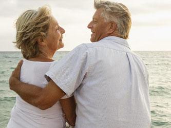 Den Ruhestand am Meer genießen - viele Rentner träumen davon. Die gute Nachricht: Wer tatsächlich umzieht, bekommt seine Rente in der Regel ins Ausland überwiesen. Foto: Westend61/Jan de Kelder