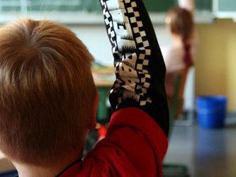 Manche Jungs finden es uncool, sich im Unterricht zu melden. Dahinter kann ein falsches Männlichkeitsbild stecken. Foto: Mascha Brichta