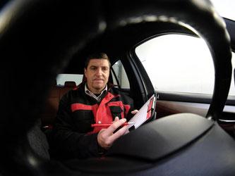 Prüfexperten nehmen viele Punkte beim Auto genau unter die Lupe und protokollieren sie für das Wertgutachten. Foto: KÜS