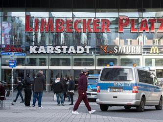 Um eine Gefährdung der Besucher auszuschließen, bleiben Verkaufshallen und die Parkgarage den ganzen Tag über geschlossen. Foto: Bernd Thissen