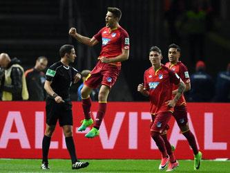 Hoffenheims Andrej Kramaric (M) bejubelt seinen Elfmetertreffer zum 1:1-Ausgleich mit Lukas Rupp und Nadiem Amiri (r). Foto: Soeren Stache