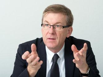Ralf Michelfelder spricht bei einem dpa-Interview. Foto: Bernd Weißbrod/Archiv