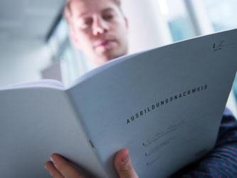 Im Berichtsheft dokumentieren Jugendliche, was sie in Betrieb und Berufsschule gelernt haben. Ein ausgefülltes Heft ist Voraussetzung, um zur Prüfung zugelassen zu werden. Foto: Franziska Gabbert