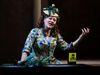 Schauspielerin Josefin Feiler als Eurydike im Opernstück «Orpheus in der Unterwelt». Foto: Christoph Schmidt