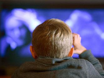 Eltern sollten darauf achten, dass ihre Kinder nur altersgerechte Filme schauen. Schockierender Filmstoff kann bei kleinen Zuschauern große Ängste auslösen. Foto: Arne Dedert