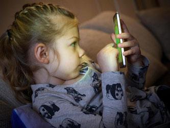 Eltern sollten genau hinsehen: Die Stiftung Warentest hat keins der getesteten Smartphone-Spiele für Kinder als unbedenklich eingestuft. Foto: Hans-Jürgen Wiedl/dpa-Zentralbild/dpa
