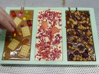 Variierbar sind auch die Schokoladen-Sorte bei chocri: Eine Tafel mit Vollmilch-, Weißer und Zartbitterschokolade. Foto: Rainer Jensen