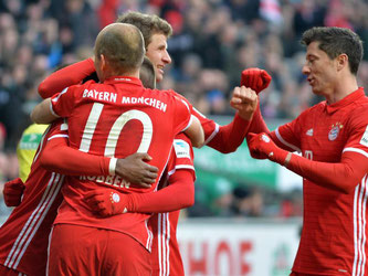 Arjen Robben umarmt u.a. Franck Ribery (verdeckt). Foto: Carmen Jaspersen