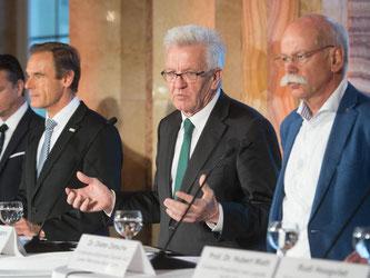 Ministerpräsident Kretschmann (Zweiter v.r.) spricht mit Vertretern der Autobranche. Foto: Marijan Murat