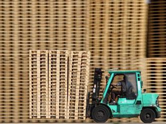Gabelstapler mit Holzpaletten. Das deutsche BIP stieg im dritten Quartal 2015 im Vergleich zum Vorquartal um 0,3 Prozent. Foto: Jens Büttner/Archiv