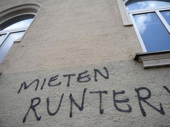 «Mieten runter!» steht der Fassade eines Hauses. Foto: Andreas Gebert/Archiv