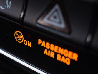 Nicht vergessen: Fährt ein Kind in der Babyschale auf dem Beifahrersitz mit, muss der Airbag dort aus Sicherheitsgründen abgeschaltet sein. Foto: Andrea Warnecke