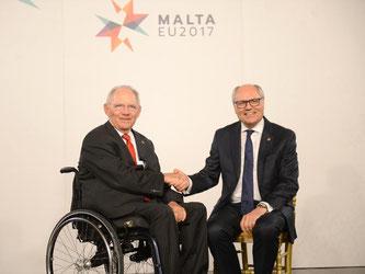 Der maltesische Finanzminister Edward Scicluna (r) und Wolfgang Schäuble in Valletta. Foto: Rene Rossignaud