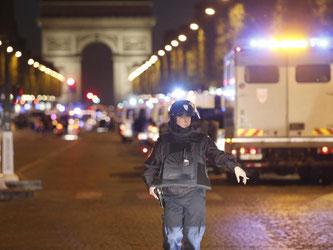 Polizeieinheiten auf den Champs-Élysées. Foto: TV/AP/dpa