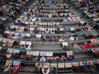 Studenten des ersten Semesters in einem Hörsaal der Johannes Gutenberg-Universität in Mainz. Foto: Fredrik von Erichsen