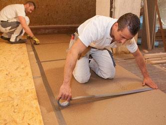 Eine Trittschalldämmung unter dem künftigen Bodenbelag hilft, die Geräuschkulisse im Haus zu verringern. Foto: Kai Remmers