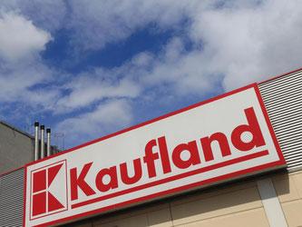 Das Markenzeichen von «Kaufland», an einer Filiale des Einzelhändlers. Foto: Jens Wolf/Archiv