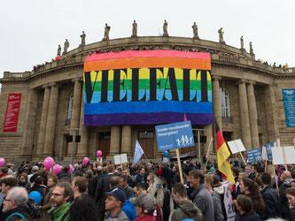 Eine Regenbogenfahne hängt während einer Demonstration am Staatstheater in Stuttgart. Foto: Daniel Maurer