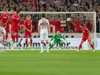 Stuttgarts Alexandru Maxim (l) erzielt das Tor zum 1:0. Foto: Daniel Maurer