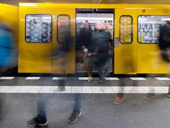 Pendler in Berlin: Der Fiskus profitiert von der stabilen Konjunktur und der guten Arbeitsmarktlage. Foto: Lukas Schulze