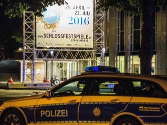 Polizeifahrzeuge stehen vor dem Forum am Schlosspark in Ludwigsburg. Foto: Friebe/Archiv