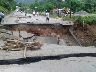 Eine von den Wassermassen zerstörte Landstraße: Nach heftigem Regen waren in Mocoa drei Flüsse über die Ufer getreten. Foto: Minitransporte
