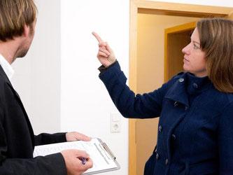 Keine Pflicht aber empfehlenswert: Idealerweise gehen Mieter und Vermieter gemeinsam durch die Wohnung und fertigen ein Übergabeprotokoll an. Foto: Kai Remmers