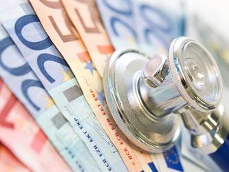 Teure Krankenversicherung: Vor allem ältere Privatversicherte wechseln offenbar immer häufiger in günstigere Basis- und Standardtarife. Foto: Franziska Gabbert