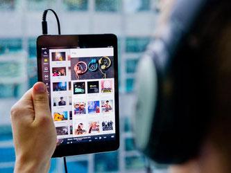 Musikhören der mobilen Art. Dank Streaming schöpft die Musikindustrie neue Hoffnung. Foto: Daniel Bockwoldt/Ilustration