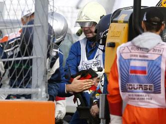 Toro-Rosso-Pilot Carlos Sainz wurde nach seinem Unfall in die Klinik gebracht. Foto: Yuri Kochetkov