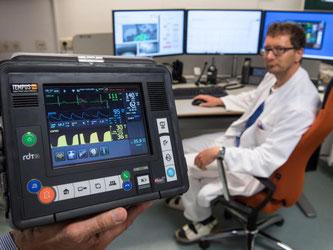 Der ärztliche Leiter der Offshore Rettung, Rüdiger Franz, stellt im Klinikum Oldenburg das Equipment für die Telemedizin vor. Foto: Ingo Wagner