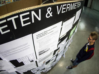 Ein Student betrachtet die Wohnungsanzeigen am Schwarzen Brett in der Mensa der Ludwig-Maximilians-Universität in München. Foto: Matthias Balk/Illustration
