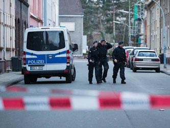 Gesperrte Straße in Herne: In einer brennenden Wohnung fanden die Fahnder die Leiche eines Mannes. Foto: Marcel Kusch