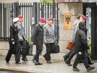 Krisentreffen in Berlin: Hochrangige Militärs auf dem Weg ins Bundesverteidigungsministerium. Foto: Michael Kappeler