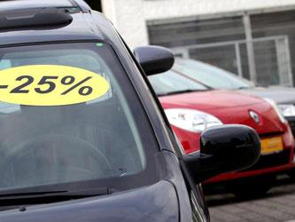 Ein Autohändler bietet Neuwagen mit Rabatt an. Foto: Daniel Naupold/Illustration