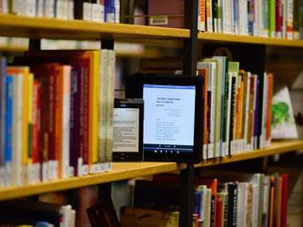 Öffentliche Büchereien verleihen auch E-Books. Stiftung Wahrentest gibt dem Angebot gute Noten. Foto: Axel Heimken/dpa