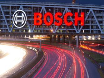 Autos fahren unter einer Brücke mit dem Bosch-Logo entlang. Foto: Sebastian Kahnert/Archiv