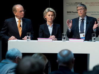 Wolfgang Ischinger (l-r), Ursula von der Leyen und Bill Gates auf der Münchner Sicherheitskonferenz. Foto: Sven Hoppe