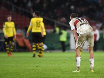 Nach dem Spielende steht Stuttgarts Kevin Großkreutz (r) geknickt auf dem Spielfeld. Foto: Marijan Murat