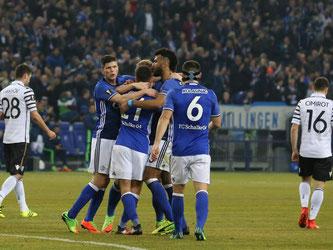 Die Spieler vom FC Schalke feiern das 1:0. Die Partie endet Unentschieden. Foto: Friso Gentsch