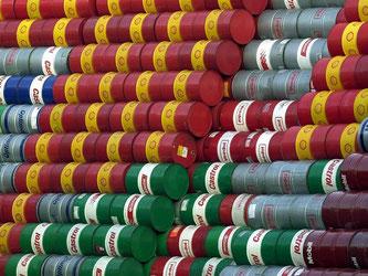 Ölfässer werden vor der Neubefüllunfg gestapelt. Energie und Rohstoffe haben sich im April zum dritten Mal in Folge auf breiter Basis verteuert. Foto: Kay Nietfeld/Symbolbild