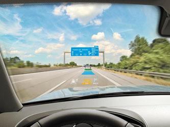 Augmented Reality: Waren die Anzeigen von Head-up-Displays bislang eher statisch, werden die Infos flexibel dort eingeblendet, wo sie für den Autofahrer wichtig sind. Foto: Continental